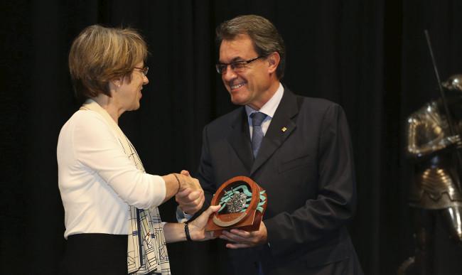 El president Mas lliura el guardó a la doctora Sallie Watson Chisholm. © Generalitat de Catalunya