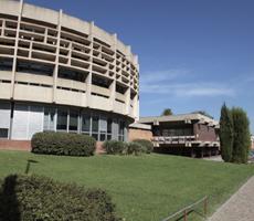 Fachada del CRAI Biblioteca de Economía y Empresa