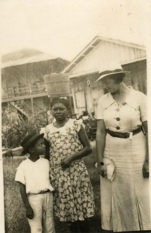 72. La joven historiadora C. Taboada con unos niños.
