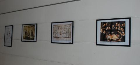 Fotografia d'un detall de pósters dedicats a la docència de l'anatomia