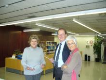 El degà Carles Codina amb les bibliotecàries, Quina Maicas i Pilar Martínez, de Farmàcia inaugurant l'exposició