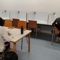 Noves taules de treball individual al CRAI Biblioteca d'Informació i Mitjans Audiovisuals
