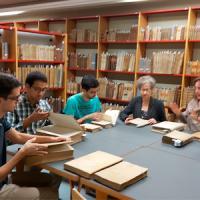 Classe pràctica al CRAI Biblioteca de Dret dels alumnes del Màster interuniversitari d'Història i Identitats en el Mediterrani Occidental (Segles XV-XIX)