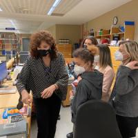 Visita dels estudiants de la Fundació Tallers: Projectes Singulars, al CRAI Biblioteca de Filosofia, Geografia i Història