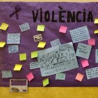 Mural col·lectiu per visibilitzar la violència de gènere al CRAI Biblioteca del Campus de Munde