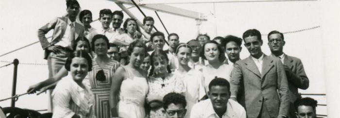 41. Algunos de los estudiantes y profesores en la cubierta del barco.